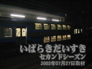 【 土浦駅ホームには、2階建て車両 】<br>常磐線に一車両(一編成)しかない、二階建て車両です。