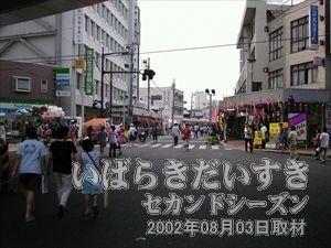【中央通商店街】<br>さらに亀城公園方面に歩きます。この日ばかりは多くの人。