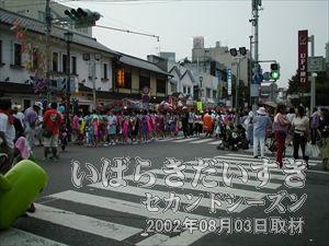 【七夕おどりパレードのの出番待ち】<br>七夕おどりパレードの出番を待つ参加者。ここから亀城公園は近いです。