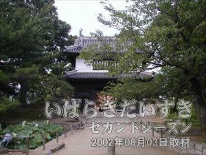 【大きな門 太鼓櫓門】<br>ここをくぐると、お城(土浦城/復元)が現れます。