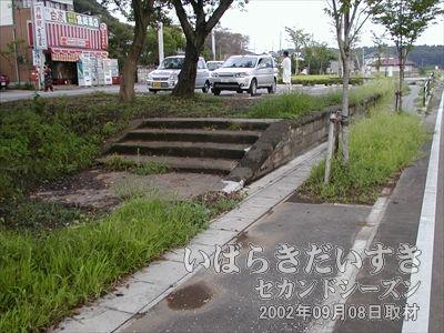 【常陸藤沢駅】こちらから見てホーム裏手に酒屋があります。ここでちょっと休憩します。