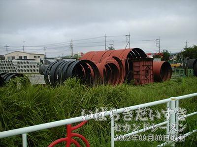 【中川ヒューム管 の敷地】土浦市長の中川清氏の中川財閥が経営する、中川ヒューム管の管理地を分断するように筑波鉄道の線路は走っていました。