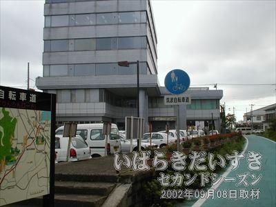 【新土浦駅ホーム】こちらから見て新土浦駅ホームの裏手には、J-COMブロードバンド(土浦ケーブルテレビ)のビルがあります。