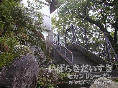 【まもなく女体山頂上】<br>この階段を上っていくと、女体山の頂上です。