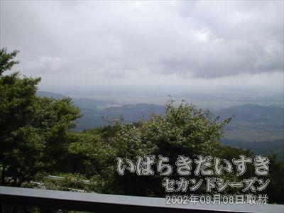 【関東平野が広がる】<br>この標高くらいまで下りてくると、雲の下になるんですねー。