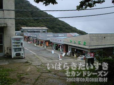 【男体山頂上駅付近】<br>男体山山頂駅のお土産ゾーンまで戻ってきました。そのままケーブルカー乗り場へ向かいます。