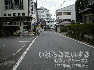 【バス停筑波神社前周辺】<br>ここバス停筑波山神社前から男体山の車道を自転車で降りて行きます。