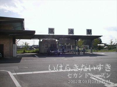 【旧 筑波鉄道 筑波駅】現在でも、タクシーやバスの乗り場として活躍しています。