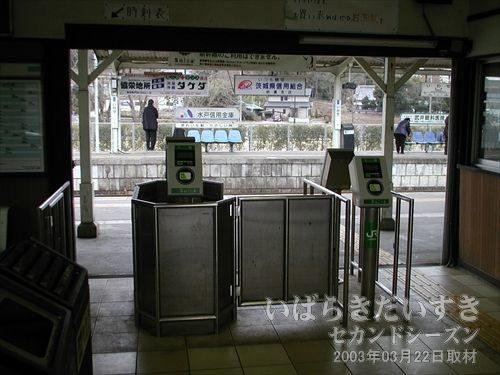 岩瀬駅の改札<br>有人改札の作りになっていますが、簡易Suica端末が設置されています。
