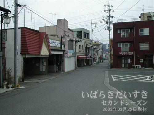 水戸線 岩瀬駅 駅前道路<br>駅前ロータリーは狭く、国道50号への道もたいへん狭い。