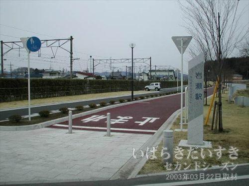 筑波鉄道 岩瀬駅跡地<br>跡地は駐車場と公衆トイレ、自転車スタンド、ベンチなどが整備されています。
