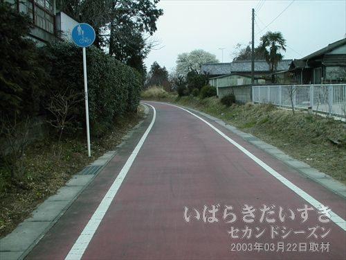 筑波鉄道 岩瀬駅を出る<br>「ここから筑波鉄道は、筑波駅、土浦駅に向かったのか」と浸りながら、歩き始めます。。