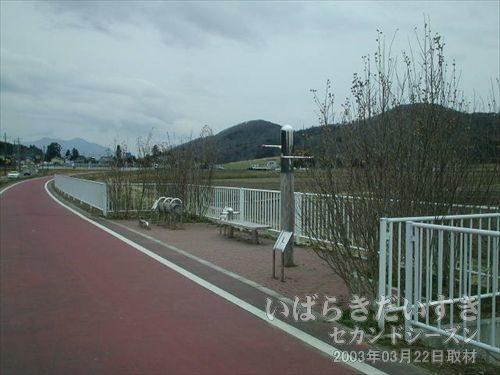 岩瀬駅を出てからの休憩所<br>遠くに筑波山。あそこの麓に、筑波駅があるはず。休憩設備がありました。