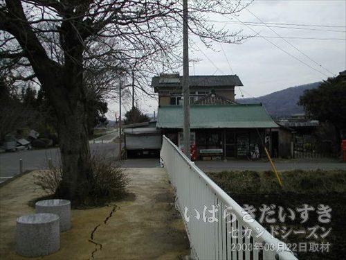 東飯田駅前には商店がある<br>のどかな筑波平野の筑波鉄道東飯田駅前には、個人商店があります。