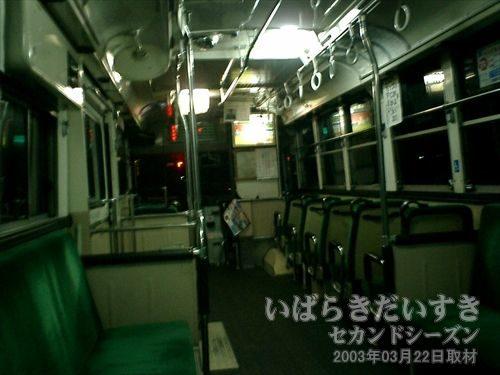 土浦駅に向かうバスの中<br>筑波駅から土浦駅に向かうまでの間、途中のバス停で2人乗車してきました。