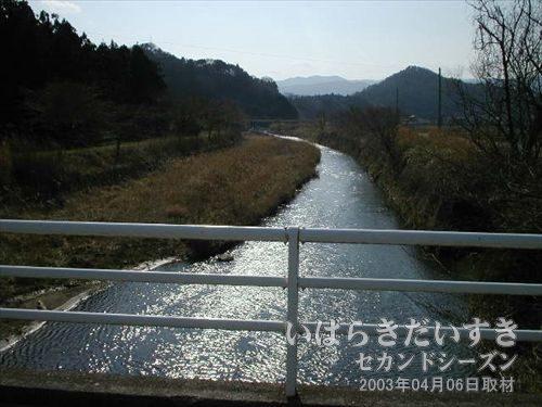 川のかなり向こうが常磐線<br>川を渡る為、橋を渡ったら、いつの間にか常磐線からかなり離れてしまいました。