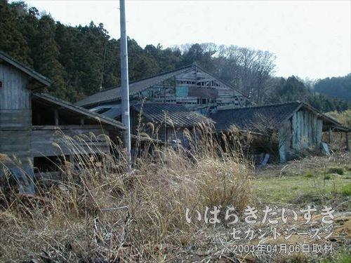 廃屋<br>人の気配のしない、昭和のにおいのする建物。家畜小屋もあります。