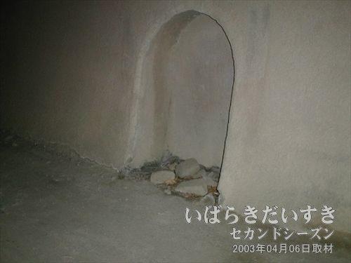 トンネル内の待避場?<br>トンネル内で汽車が来てしまった時、ここに待避するのでしょう。