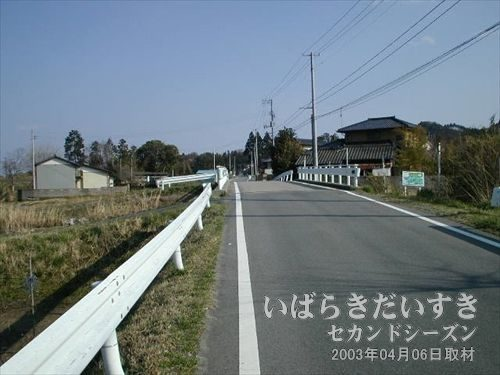 アスファルトの道を歩く<br>写真左手(写真フレーム外)に常磐線の線路を確認しながら、歩き続けます。