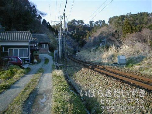 常磐線の線路に再会<br>遠くに山があるって事は、その下にはトンネルがあるはず!