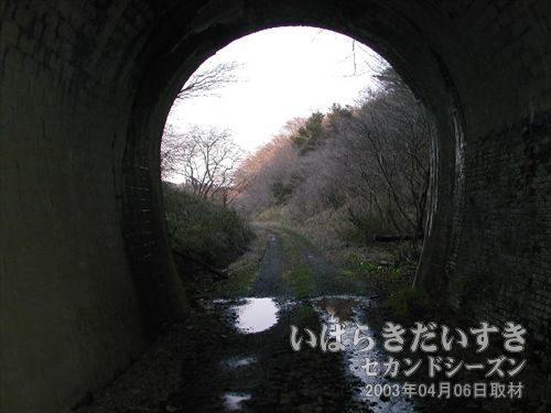 夕筋トンネルを出る<br>だいぶ日も暮れてきましたね~。感慨深い物があります。