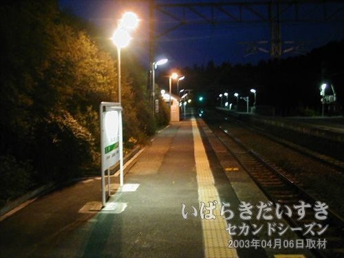どっぷり日が暮れる<br>電車を待ちます。こんなに時間をゆっくり感じる機会はありません。