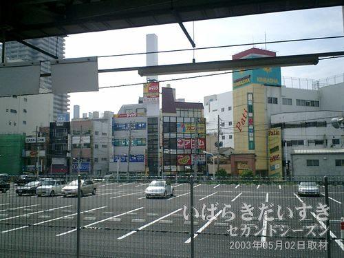常磐線 土浦駅ホームから街中を眺める<br>平日だからか、穏やかな雰囲気。本当ならもっと賑わっていて欲しいのですが。