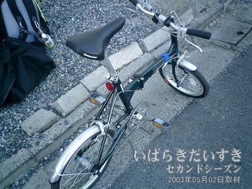 折りたたみ自転車を組み立てる<br>他の人に邪魔にならないよう、いわき駅を出て脇のスペースで組み立てます。