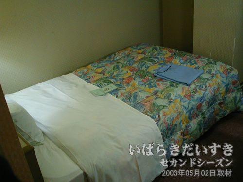 ちょっと幅広のベッド<br>本来予約した部屋のベッドより、幅の広いベッド。
