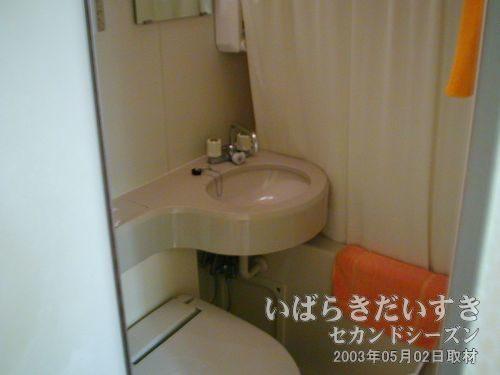 ユニットバスです。トイレと洗面台と、浴室で構成されています。