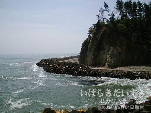テトラポット<br>海水浴ができるような雰囲気ではありません。波がテトラポットに打ち付けています。