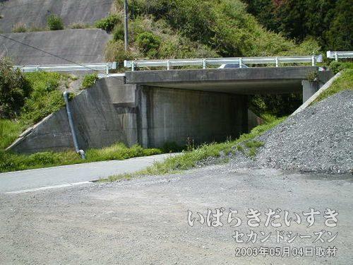 上の橋が国道6号<br>この下の道路をくぐって道なりに進むと、国道6号に合流できます。