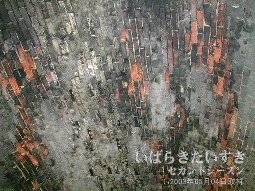 すすで汚れた天井部<br>すすで殿上が汚れていますが、レンガが剥がれ落ちた部分は赤い色を出しています。