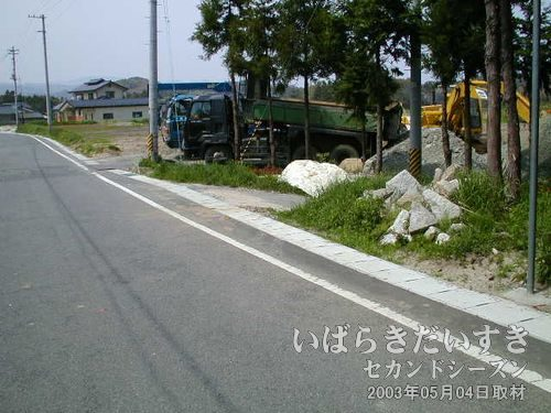 """前回、ビビビっと来た砂利道(右)<br>坂道を下ってきたところの右側にある道。""""赤い屋根の家""""への入口です。"""