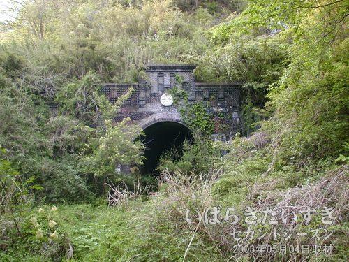 金山トンネルが見えた!よつんばになって、細い道をくぐり抜けると、目の前に金山トンネルがそびえていました。。