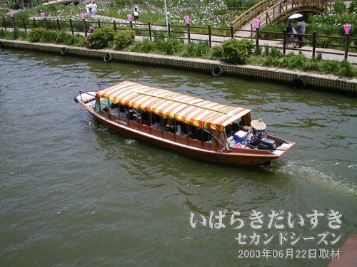 """ろ舟<br>""""さお""""を全然使わず、エンジンだけで舟を動かしています(^^;)。"""