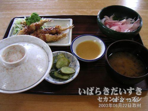 ランチ B定食<br>「コイの洗い」は味噌ダレをつけて食します。こりこりとした食感が特徴です。さっぱりしています。お新香はしょっばめのヌカ漬けで、私好み♪