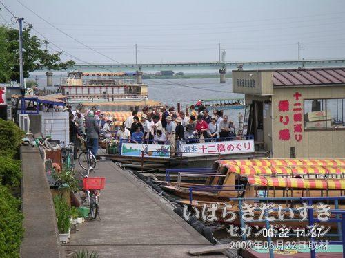 団体さんの写真撮影<br>十二橋巡りの舟に乗り終わったようで、記念撮影を行なっています。