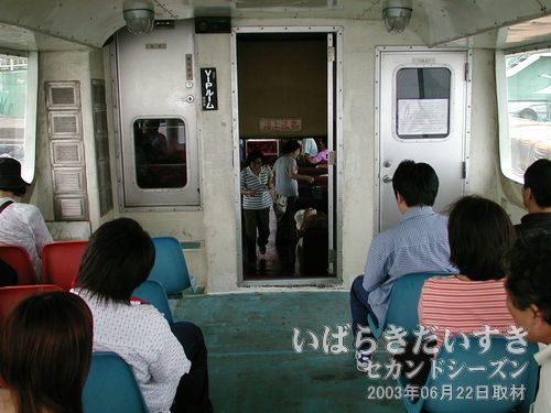船内1階を後ろから撮影<br>船の1階先頭部分は「船内」なのですが、うしろはオープンデッキ(座席あり)になっています。