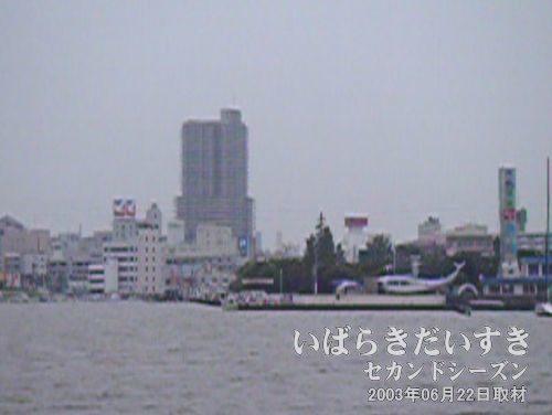 「水郷筑波国定公園霞ヶ浦」の塔と土浦市街地<br>見覚えのある土浦の風景が見えてきました。(低解像度動画からのクリッピングのため、画像が悪いです)