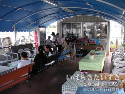 ジェットホイルつくば号の待合室<br>船が土浦港に到着し、ゆっくりするお客さん。