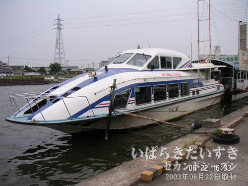 110人乗りの超高速豪華船。ベンツのエンジンを採用していることを、売りにしています。