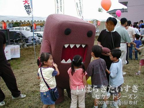 どーもくん<br>NHKのゆるキャラマスコット どーもくん。大きく開けた口が、子どもを食べちゃいそう(^^;)。。。