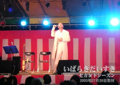 「長い夜」を熱唱<br>松山千春の「長い夜」を歌います。今度はクリーム色のスーツ。