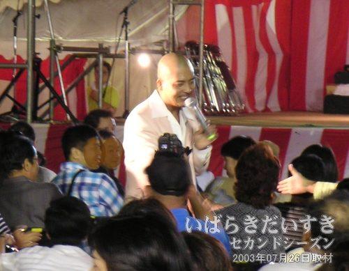 ステージを降りて握手<br>よく見てみると、やっぱり松山千春には似ていない。でも歌は似ています(^^)。