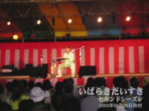 尾崎豊のものまね<br>くぅ~。こちらもまた、歌声が超似ている~。歌は「卒業」。ズラをかぶっています。