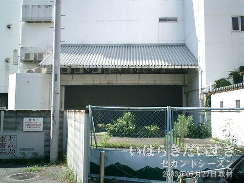西友土浦店 裏口(閉店/閉鎖)<br>封鎖されている西友土浦店の裏口。