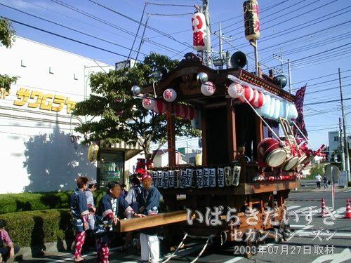 山車 上町区<br>花見月通りの入口で待機しています。今日の祭りで使うのかしら?