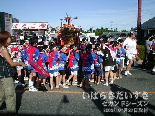 子ども神輿<br>子どもたちが小さな神輿を担いで、大通りをパレードしています。
