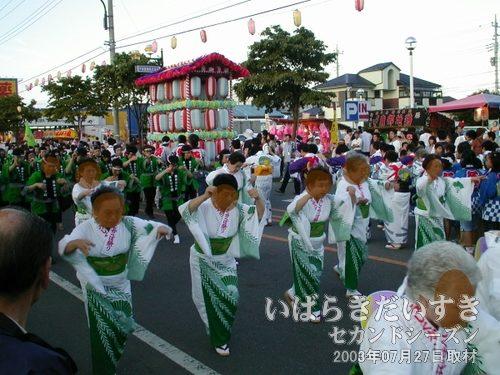 東みどり野<br>河童をイメージした?、きれいな緑色の着物で河童踊りを締めてくれます。